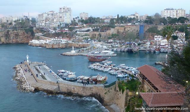 Vistas sobre el puerto desde la parte alta de la ciudad
