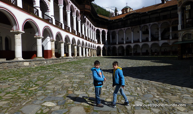 Solos en el patio interior del monasterio. Todo el mundo se ha ido ya.