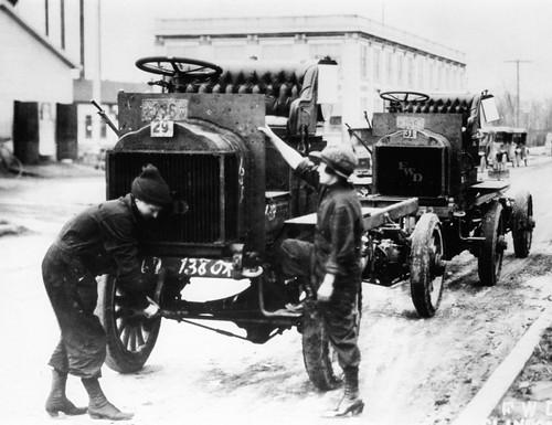 Workers Outside Near Large Truck / Travailleurs dehors près d'un gros camion