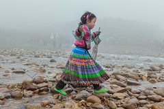 K3057.0211.T Van.Sapa.Lo Cai (hoanglongphoto) Tags: asia asian vietnam northvietnam northwestvietnam people life dailylife children girl hmongchildren hmonggirl outdoor mist cute morning vietnamlife sapalife canon canoneos1dsmarkiii tybc locai sapa tvan conngi cucsng ithng ngoitri trem trcon trconhmng cbhmng bgihmng ngyu buisng sngm canonef2470mmf28lusmlens