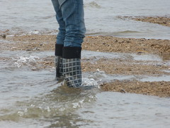 Searching for amber (willi2qwert) Tags: rubberboots rainboots regenstiefel gummistiefel gumboots girl wellies wellingtons wasser women beach strand