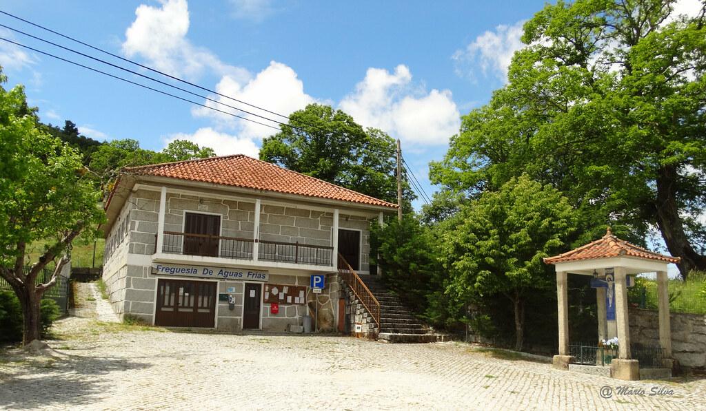 Águas Frias (Chaves) - ... edifício da junta de freguesia e o cruzeiro do Sr. dos Milagres ...