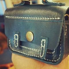 กระเป๋า Satchel สีน้ำเงินเข้มใบเล็กจิ๋วหลิวเย็บมือทั้งใบฝีมือนักเรียนครูแก้วครับ สวยจริงจังครับ