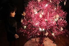 Decorating the tree (Sylvin13) Tags: xmas tree kid ns vampire lisa bjd fangs ih balljointeddoll theaddiction iplehouse normalskin iple