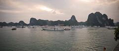 Anochece en la baha de Halong (El Cuentista) Tags: sea bay mar barco ship dusk vietnam halong anochecer baha
