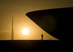 ll lng th wtchtwr (zelnunes) Tags: sunset sun man tower niemeyer backlight plane star outdoor dusk bowl brasilia watchtower zelnunes manandarchitecture