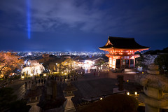 KIYOMIZU-DERA TEMPLE, KYOTO (A B Pan) Tags: travel light red japan night temple kyoto gate visit kiyomizudera buddhisttemple