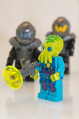 Galaxy troopers & alien trooper (Philippe_) Tags: blue white trooper black green yellow toys lego alien galaxy jeux minifigures alientrooper galaxytrooper