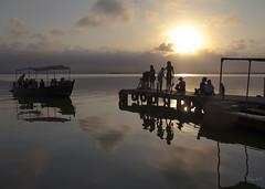 Compartiendo la naturaleza (cazador2013) Tags: sol lago atardecer agua gente nubes embarcadero barcas turismo sombras reflejos albufera
