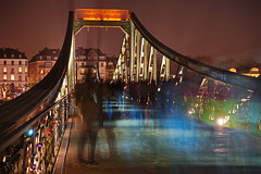 Eiserner Steg 2 (stephan.hickisch) Tags: city bridge light people urban night germany evening frankfurt main financial metropole eisernersteg