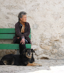 Vecchie amiche (xiaolifra) Tags: vecchia vecchietta signora aziana elderly old lady oldladydog mananddog friend friends friendship contact sit standdownsedute