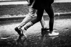 Risvolti sotto la pioggia (iSergioP) Tags: street rain pioggia torino streetphotography bn biancoenero turin 35mm