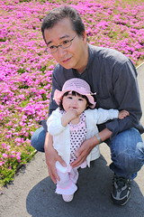 Daddy and Baby with Shibazakura ( Spice (^_^)) Tags: trip travel vacation portrait plants baby holiday man flower color male love girl face japan female daddy geotagged asian photography japanese spring infant asia child father human babygirl  papa bata   bonding halfjapanese anak  babae mixedrace hija fatherandchild    goldenweek shibazakura tatebayashi    springseason    sanggol cutelittlegirl gunmaprefecture  lalaki      rheinauratsuji   hiroyukiuratsuji