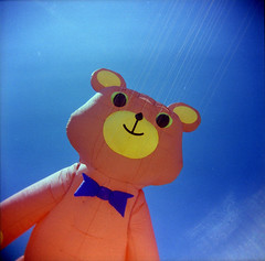 [hunting] bears ([noone]) Tags: kite 120 6x6 valencia holga lomo xpro crossprocessed procesocruzado playa medium format radiohead medio cometa formato aquilone cfn formado huntingbears processoinverso