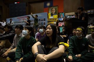 """台湾反""""服贸""""抗议,大陆褒贬不一"""