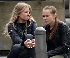 zwei (Bephep Y) Tags: potrait street lbeck deutschland mdchen weiblich zwei bunt unterhaltung pause outdoor people girl men germany