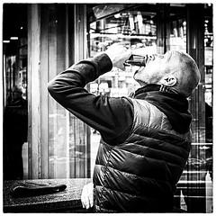Garantiert ohne Werbung - Ad-free (Heinrich Plum) Tags: bw white man black monochrome fuji drink candid plum streetphotography can monochrom schwarzweiss trinken thirst durst bchse streetphotographie xe2 heinrichplum xf27mm