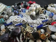 IMG_0437  Caos de bijuterias (gloriafflima) Tags: bijuterias