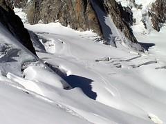 Esquivando grietas - Dodging cracks (PacotePacote) Tags: mountain snow alpes path nieve alpen montaa alpi mont glaciar blanc hielo sendero senda huella