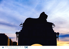 Sunset on one of the two lions sculpture on the Centre Street Bridge in Calgary. (Vincent Demers - vincentphoto.com) Tags: alberta amriquedunord architecture bowriver bridge calgary canada centrestreetbridge city cityscape northamerica photodevoyage photographiedevoyage pont river rivire rivirebow sculpture travel travelphoto travelphotography urbain urban ville voyage ca