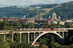 SBB Lokomotive Re 4/4 II und Re 460 auf dem Lorraineviadukt ( Baujahr 1941 - Eisenbahnbrcke Bahnbrcke Brcke Bridge pont ) bei der Stadt Bern im Kanton Bern der Schweiz (chrchr_75) Tags: hurni christoph schweiz suisse switzerland svizzera suissa swiss chrchr chrchr75 chrigu chriguhurni chriguhurnibluemailch juli 2016 juli2016 sveitsi sviss  zwitserland sveits szwajcaria sua suiza schweizerische eidgenossenschaft stadt city ville kanton altstadt bern brn berne berna bundeshaus palais fdral palazzo federale gebude building archidektur parlamentsgebude regierungsgebude regierung parlament sandstein curia confoederationis helveticae confoederatio helvetica helvetia hauptstadt capitol re460 re 460 albumsbbre460 sbb cff ffs bundesbahn bundesbahnen lok lokomotive bahn eisenbahn schweizer bahnen zug train treno