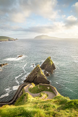 An absolute stunning view over the Dunquin pier in Ireland (Mii_Der) Tags: sunset sea sky nature grass clouds landscape pier scenery rocks meer sonnenuntergang himmel wolken irland peninsula felsen settingsun dunquin dinglepeninsula 2016 warmcolor landschaftsaufnahme dunquinpier dinglehalbinsel