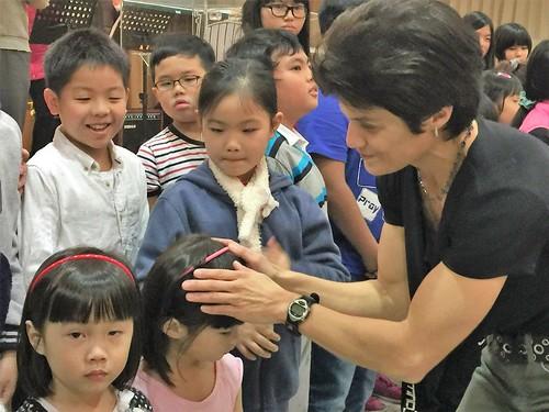 taiwan leanna praying for children