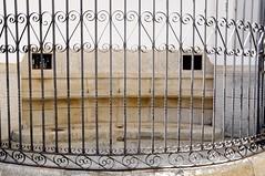 Por la judera antigua (vcastelo) Tags: espaa spain vieja fuente ciudad antigua cceres monumental extremadura verja grifos
