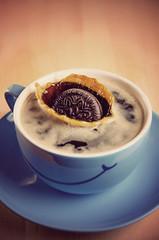 Cookie Splash (Lars Kehrel) Tags: blue cup tasse smile keks pentax kaffee retro lars splash coffe k5 lcheln coockie spritzer sigma1770 strobist kehrel