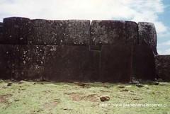 Parte posterior del Ahu Tahira ubicado en el sector de Vinapu.
