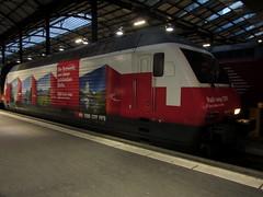 SBB Lokomotive Re 460 048 - 2 mit Taufname Zri Wyland und Werbung fr RailAway ( Werbelokomotive seit 02.12.14 => Hersteller SLM - ABB Nr. 5525 => Inbetriebnahme 1993 ) am Bahnhof Luzern im Kanton Luzern der Schweiz (chrchr_75) Tags: train schweiz switzerland suisse swiss eisenbahn zug sbb re christoph svizzera bahn treno schweizer januar ffs bundesbahn lokomotive lok 460 suissa 2015 cff re460 chrigu bahnen schweizerische chrchr hurni chrchr75 bundesbahnen chriguhurni werbelokomotive albumbahnenderschweiz albumsbbre460 chriguhurnibluemailch januar2015 albumbahnenderschweiz201516 albumzzz201501januar