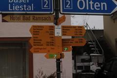 Wegweiser Läufelfingen ( BL - 566m => Standorttafel Basler Wanderwege ) im Dorf Läufelfingen im Kanton Basel Landschaft der Schweiz (chrchr_75) Tags: schweiz switzerland suisse swiss basel christoph svizzera februar basler suissa 2015 kanton chrigu wanderwege chrchr hurni chrchr75 chriguhurni chriguhurnibluemailch hurni150208 albumwegweiserstandorttafelkantonbasel
