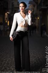 IMG_4751 (traccediscatti) Tags: donna top moda bianco nero notte abito sera ragazza pubblicit mora modella abbigliamento allaperto vestito pantaloni