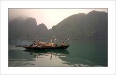 Pcheurs dans la Baie d'Halong / Vietnam (PtiteArvine) Tags: mer vietnam halong pcheurs bteau mauvaistemps bestcapturesaoi elitegalleryaoi