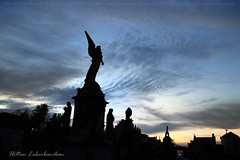Crepsculo Cemitrio da Santa Casa de Porto Alegre (Hilton Lebarbenchon) Tags: artecemiterial noite rip crepsculo entardecer anoitecer anjos night cu hiltonlebarbenchonphotos copyright nuvens maosolu esttuas