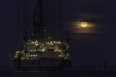 plataforma petrolera y la luna en punta arenas - Chile (sapunaralex) Tags: nikon torre luna estrecho magallanes plataforma puntaarenas estrechodemagallanes 18140 d7200