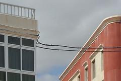 atravesada (maulbeerbaum) Tags: roof sky fenster wolken roofline verbindung fuerte gelnder dcher leitung weis traverso puertodelrosario atravesada berquerung
