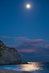 mar prateado iluminado nas noites de Ischia. Aqui onde o ultimo que dorme apaga a lua. (elzauer) Tags: italy moon beach island italia moonlight ischia