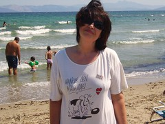 Windy day...* (Teteel) Tags: sea people woman beach smile portraits waves faces wind tshirt arkas