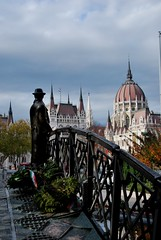 Imre Nagy Monument (VulcaNIK2) Tags: monument statue budapest parliament statua imrenagy