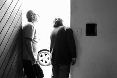 Espiada l fora (renanluna) Tags: street door light blackandwhite man luz wall brasil gate fuji shadows br looking bright porto sopaulo mulher sp porta contraste fujifilm rua 55 homem pretoebranco sombras monocromia parede 011 brilho contrat womam espiada olhando 23mm renanluna fujifilmx100