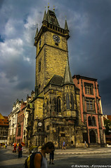 Praga. Ayuntamiento de la Ciudad Vieja (raperol) Tags: travel viaje tower arquitectura 300d torre monumento praga paisaje 2006 nubes reloj turismo airelibre