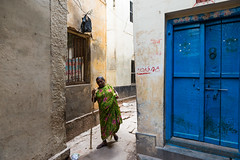 (Jordy B) Tags: woman india colors asia couleurs femme streetphotography varanasi asie ruelle rue extrieur btiment inde northindia uttarpradesh travelphotography indedunord bnars northemindia
