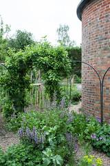 Oast house garden, Tidebrook Manor (Alan Buckingham) Tags: garden sussex oasthouse tidebrookmanor