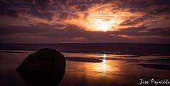 Puesta de Sol (Juan Figueirido) Tags: sunset espaa reflection spain galicia reflejo puestadesol carnota acorua solpor bocadoro playadecarnota fz1000 juanfigueirido