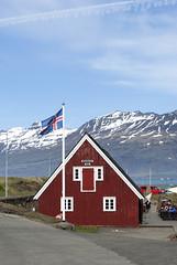 Djpivogur, Berufjrur, Iceland (Tiphaine Rolland) Tags: red house rouge iceland nikon flag fjord 1855mm 1855 maison islande drapeau 2016 djpivogur berufjrur d3000 nikond3000