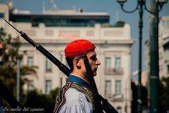 Siempre alerta / Always alert (En medio del camino) Tags: europa europe grecia greece atenas athens sintagma guardia guard soldado soldier sombrero hat rojo red retrato portrait traditions tradiciones face cara