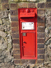 WR13 014 - Guarlford Church 130328 VR (maljoe) Tags: postbox royalmail vr wr13
