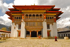 Bhutan-Gangtey dzong (venturidonatella) Tags: bhutan dzong gangtey monks monastry asia panorama monastero budd buddhism buddha people nikond200 nikon colori colors gente persone flickrdiamond