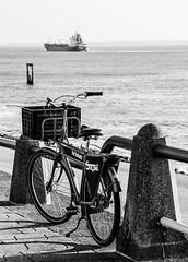 Smoske fiets, boulevard Vlissingen (cindydebree.nl) Tags: sea blackandwhite netherlands bike bicycle boulevard ship zwartwit nederland zeeland velo fahrrad vlissingen fiets flushing walcheren schip westerschelde bankert flessingue